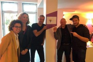 """""""Triller – Das Hotel"""" jetzt mit PopRat Saarland Emaille-Plakette"""
