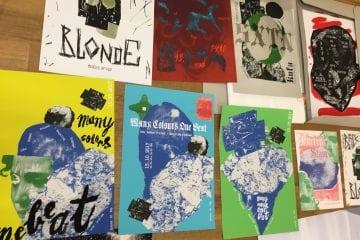 """CoP-Appetizer: Erste Fotos vom Aufbau der """"Gig Poster""""-Ausstellung der HBK-Studierenden in der Galerie Neuheisel"""