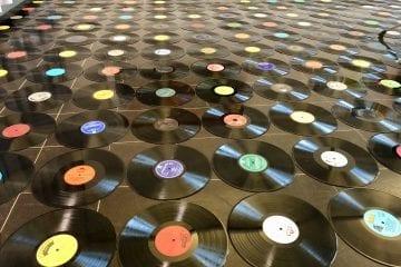 """Fotos: Vernissage """"Im Plattenland – Vinyl ist Kunst!"""" von OW Himmel"""
